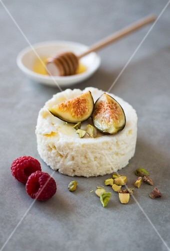 Cream cheese with figs, honey and pistachios