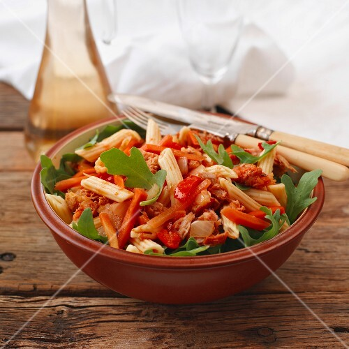 Tuna pasta salad with peppers and rocket