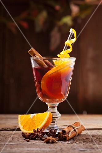 Red mulled wine with oranges, cinnamon and star anise