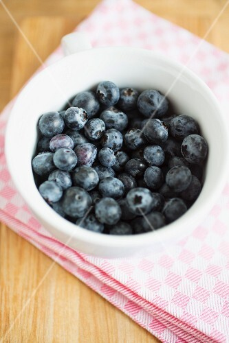A dish of fresh blueberries