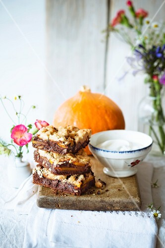 Chocolate brownies with pumpkin and pecan crumbles