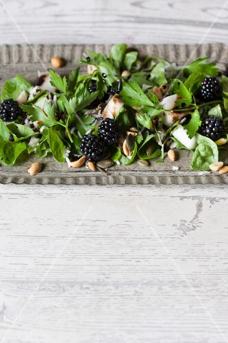 Fruity parsley salad with seeds, wild rice and blackberries