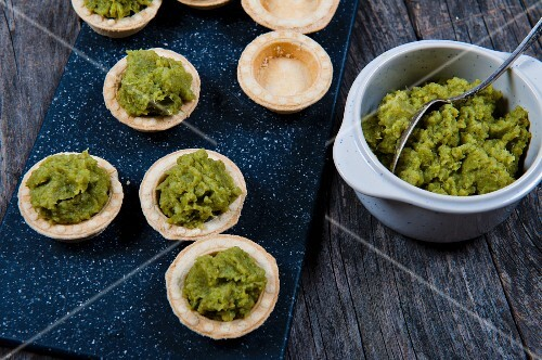 Mini tartlets with broccoli purée