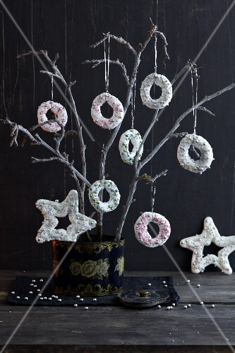Meringue rings decorated with silver pearls as tree decorations