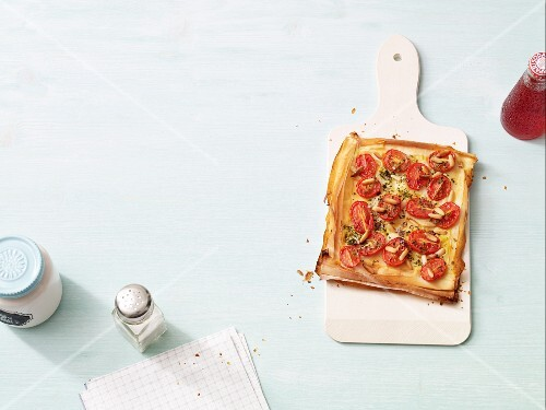 Tartelettes aux tomates: puff pastry with tomatoes and pine nuts