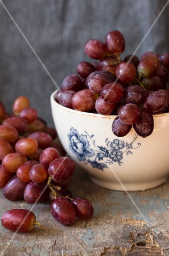 Red grapes in a bowl and next to it