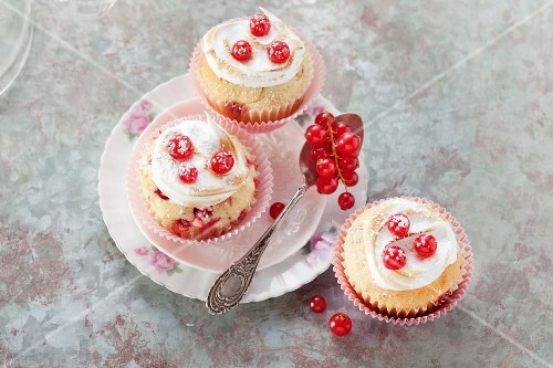 Redcurrant muffins topped with meringue