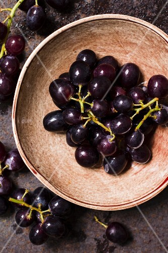 Red grapes in a bowl (seen from above)