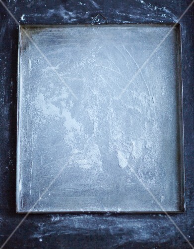 A flour baking tray (seen from above)