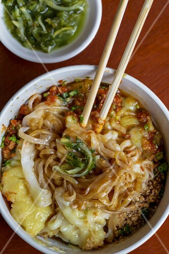 Shan rice noodles with chickpea paste (Yangon, Myanmar)