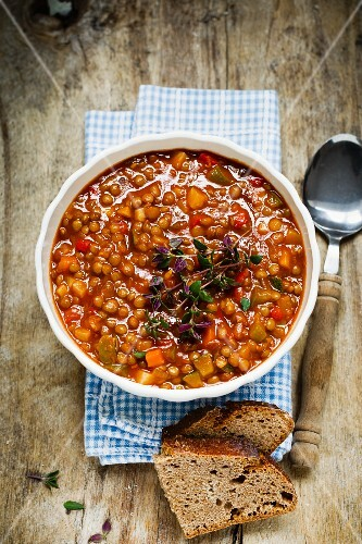 Lentil stew with carrots, tomatoes and thyme