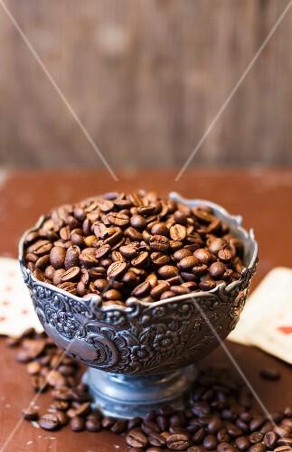 kaffeebohnen in metallschale bild kaufen 11318984 stockfood. Black Bedroom Furniture Sets. Home Design Ideas