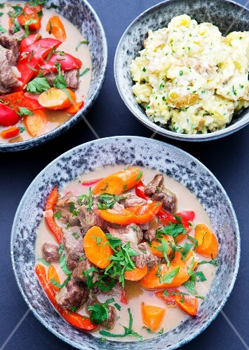 Beef goulash with carrots, peppers and mashed potatoes