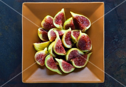 A bowl of fresh figs (seen from above)