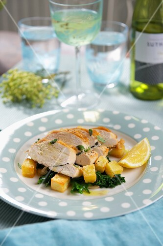 Chicken breast with fried potatoes and lemon