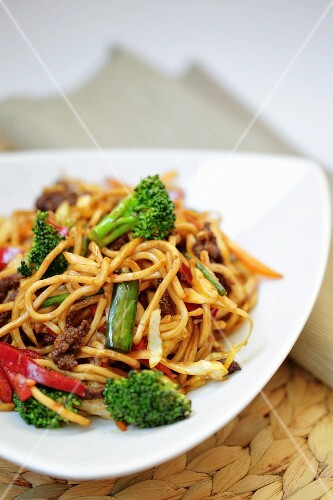 Fried noodles with broccoli and peppers (Asia)