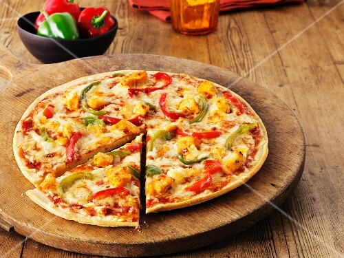 A hot and spicy chicken and and pepper pizza