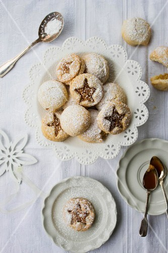 Biscuits filled with apples, nuts and caramel
