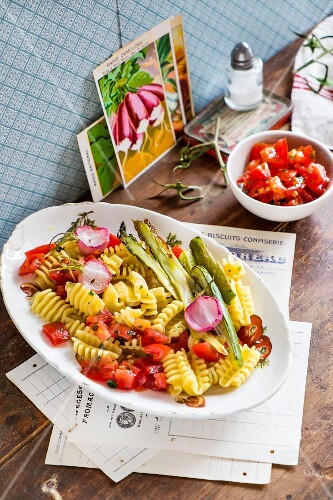 Pasta with tomatoes, asparagus and radishes