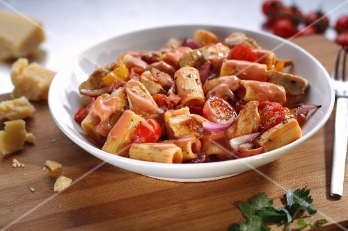 Rigatoni with chicken, tomatoes and a creamy sauce