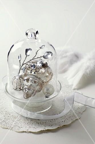 silberner weihnachtsschmuck unter glashaube bild kaufen