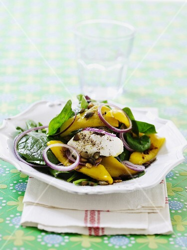 Spinach salad with peppers and mozzarella