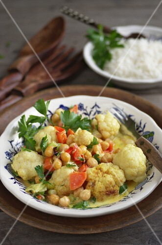 Cauliflower curry with chickpeas, peppers and carrots in coconut cream