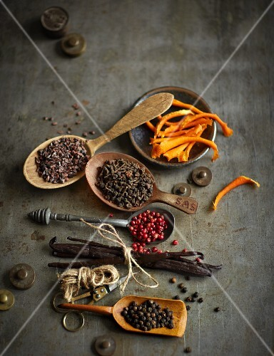 Various winter spices (cocoa bean splinters, orange zest, cinnamon flowers, pepper and vanilla)