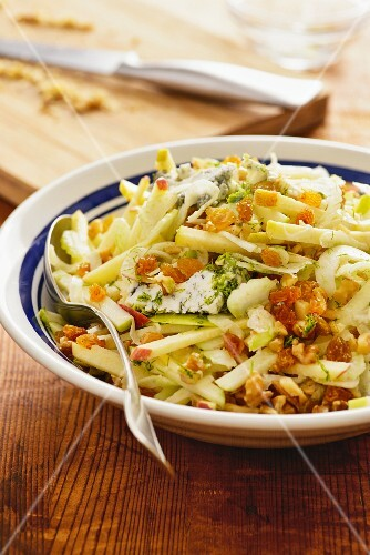 A crunchy salad with fennel, apple, sultanas and celery (USA)