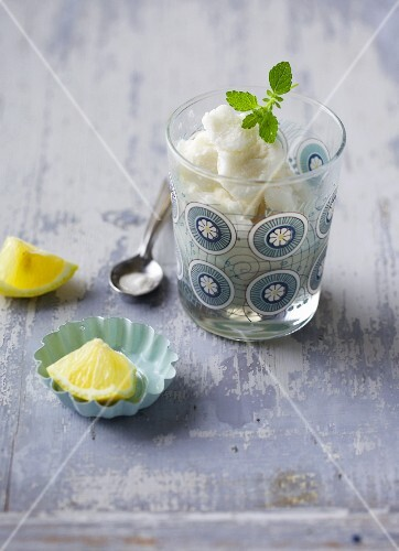 Frozen yoghurt with lemon