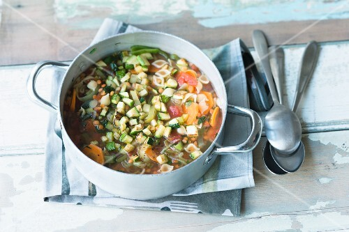 Tomato and lentil stew with courgette and shell pasta