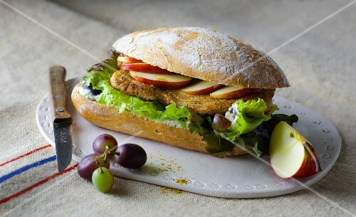 A fruity sandwich with turkey escalope, apple slices and grapes