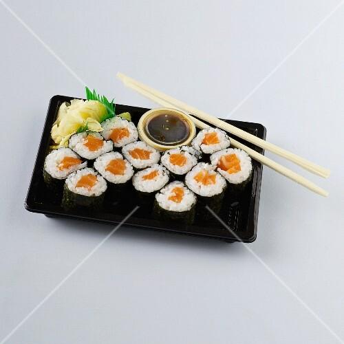 maki sushi mit lachs sojasauce und ingwer bild kaufen 11352610 stockfood. Black Bedroom Furniture Sets. Home Design Ideas