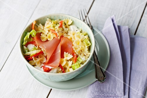 Ham pasta with pointed cabbage and red pepper