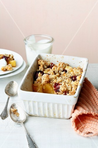 Apple crumble with cranberries and coarse cream cheese