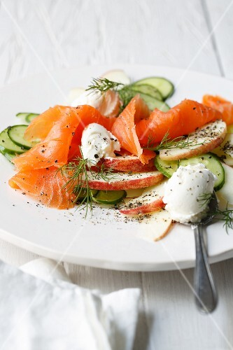 Smoked salmon with apples, cream cheese and dill pickles