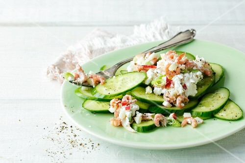 Fresh cucumber with coarse apple and shrimp cream cheese