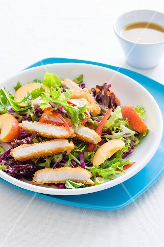 Mixed leaf salad with chicken and nectarines