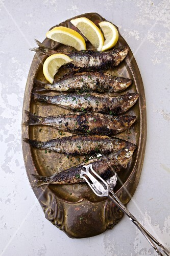 Grilled sardines with lemon wedges (Portugal)