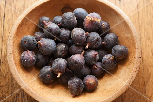 Fresh red figs in a wooden bowl