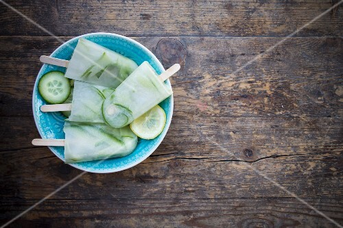 Cucumber and lemon ice lollies (seen from above)