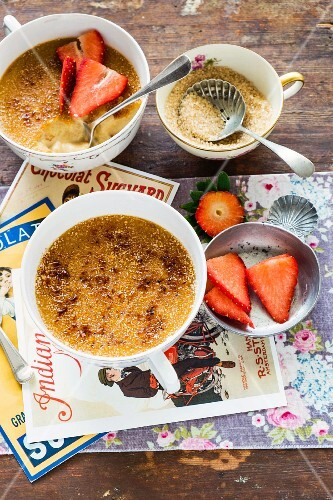 Crème brûlée with strawberries
