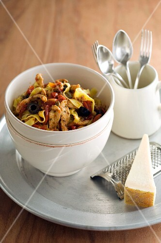 Tagliatelle with chicken, tomatoes and olives