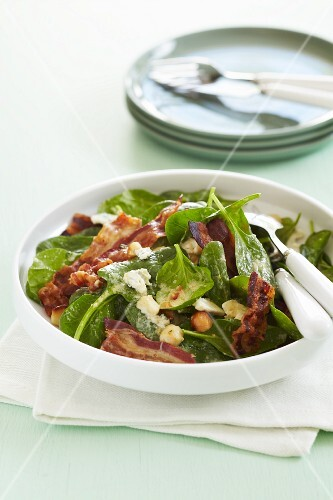 Spinach with crispy bacon, chickpeas and melted cheese
