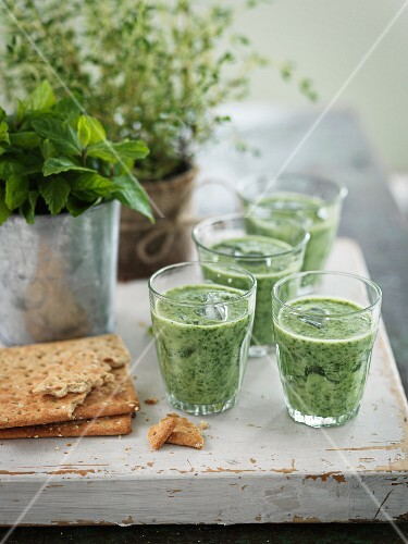 Green smoothies and crispbread