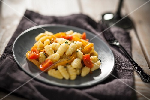 Gnocchi with peppers and tomatoes