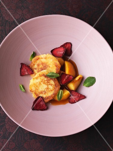Quark cakes with vineyard peaches and strawberries
