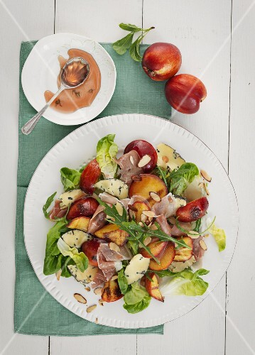 Fruity salad with bacon and cheese