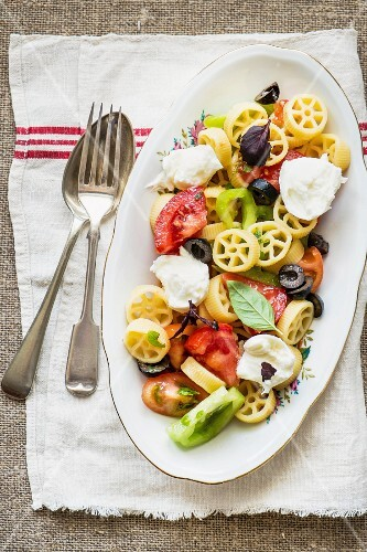 Cold pasta salad with colourful tomatoes and mozzarella