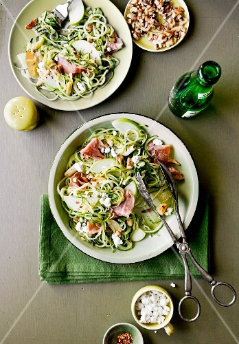 Courgette spaghetti fried in garlic oil with green apple, crispy ham, walnuts and goat's cheese